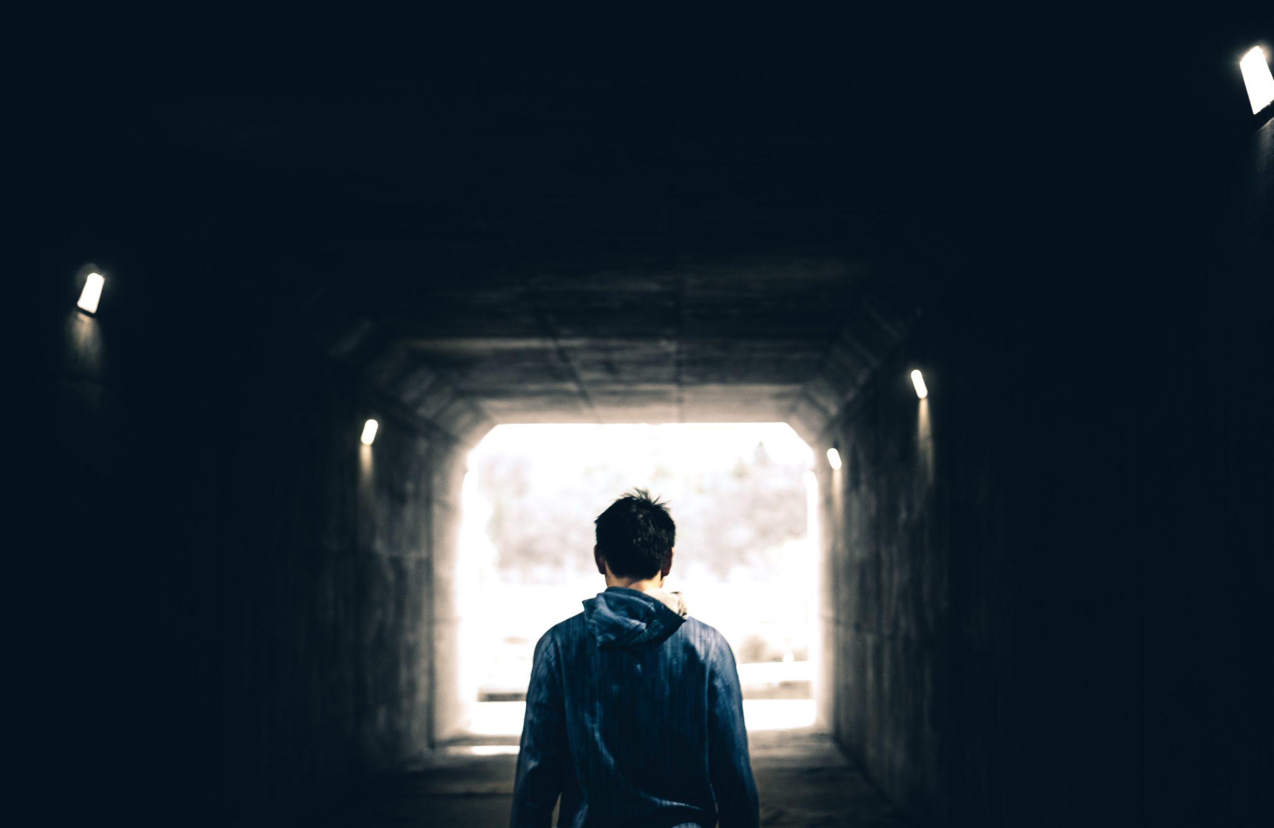 adolescent tunnel au dela des apparences